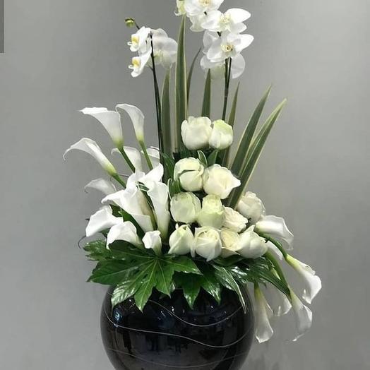Фаленопсис с каллами и розами: букеты цветов на заказ Flowwow