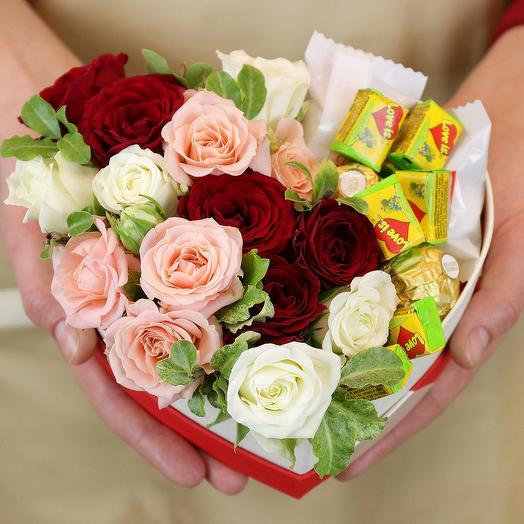 Композиция в сердце с конфетами и жевательной резинкой: букеты цветов на заказ Flowwow