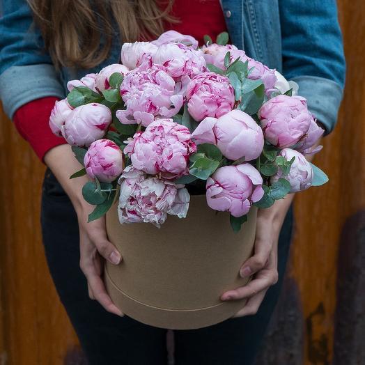 Розовые пионы в коробке: букеты цветов на заказ Flowwow