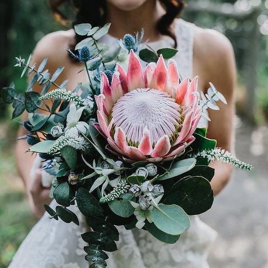 Свадебный букет с протеей и эвкалиптом: букеты цветов на заказ Flowwow