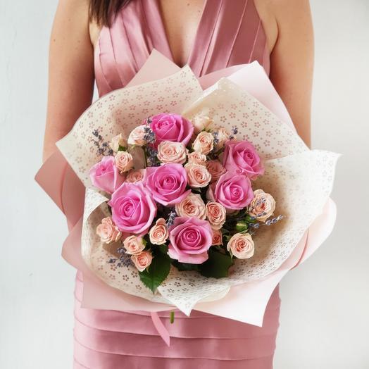 Букет из кустовых и одноголовых роз с лавандой Нотки души: букеты цветов на заказ Flowwow