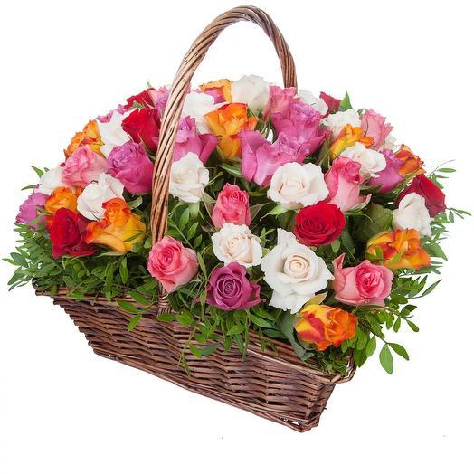 Корзина из 51 кенийской розы: букеты цветов на заказ Flowwow