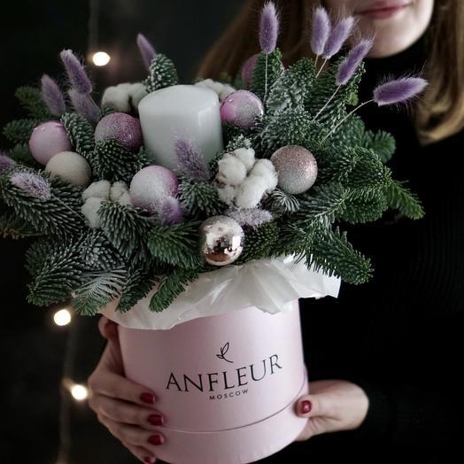 Шляпная коробка с новогодними игрушками и свечой: букеты цветов на заказ Flowwow