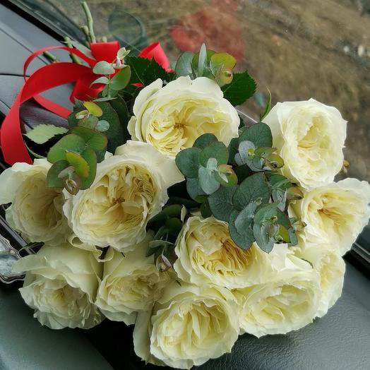 Пионовидные розы с эвкалиптом: букеты цветов на заказ Flowwow