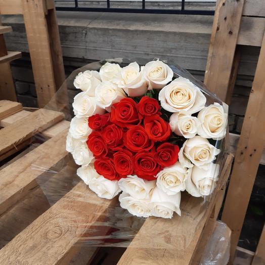 Красно-белый микс роз