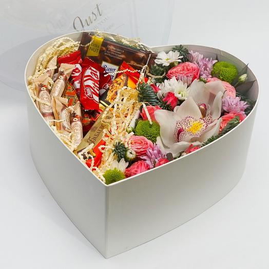 Цветы и шоколад. Большое сладкое сердце