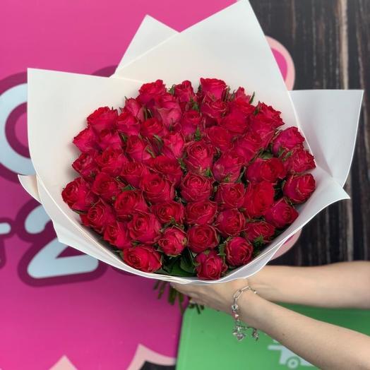51 алая роза в нежном оформлении