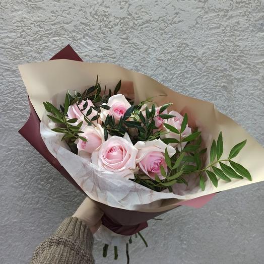 Букет с розами и зеленью в стильной упаковке