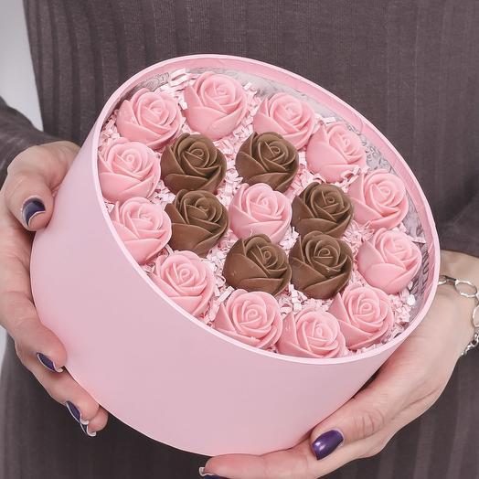 """Закрытая розовая шляпная коробка с 19 шоколадными розами (розовые и шоколадные) с узором """"круг"""" Z19-R-RSH-O"""