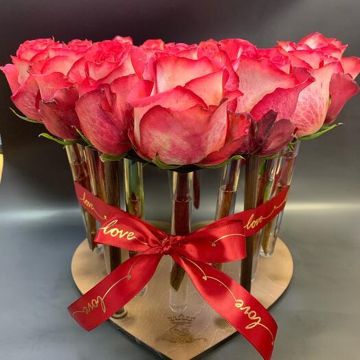 Композиция с розами в капсулах