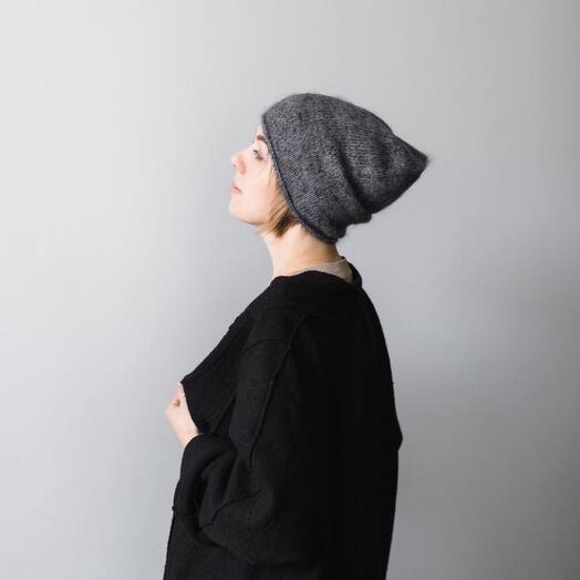 Простая пушистая шапка «цвет графит»