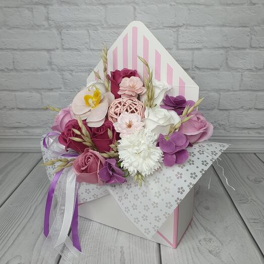 Конверт розовый из мыльных цветов