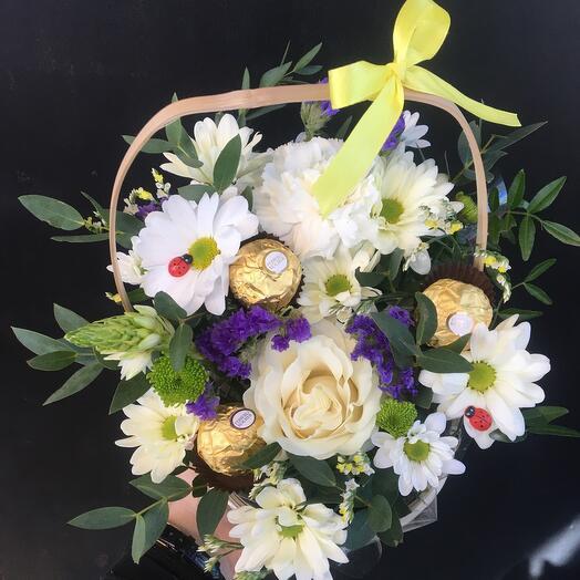 Корзина с цветами и конфетами💛