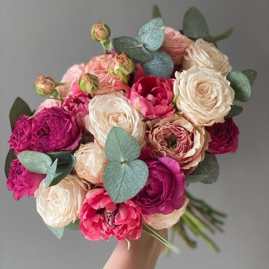 Букет невесты в яркой гамме миксом кустовых роз и эвкалиптом