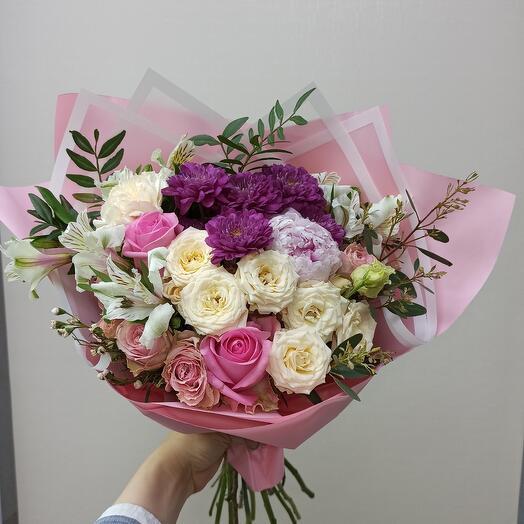Красивый букет с пионом и ассорти цветов