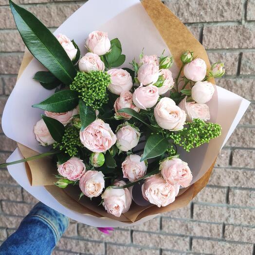 Стильное моно из пионовидных кустовых роз