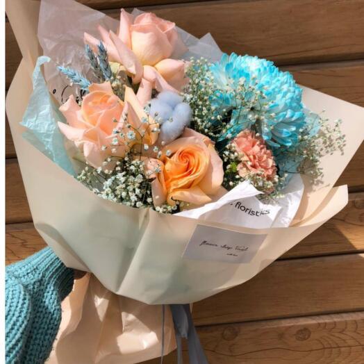 Букет из хризантем, роз и гвоздики