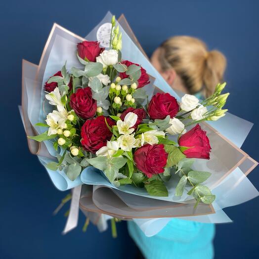 С красными розами и альстромерией