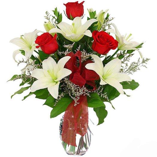 Букет Лед и пламя из белоснежных лилий и красных роз Код 160195
