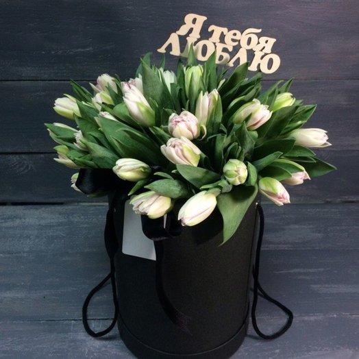 Нежные тюльпаны в чёрном цилиндре