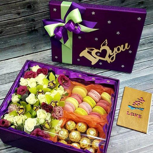 Эксклюзивная коробка с Макаронс, конфетами и цветами. Ручная работа