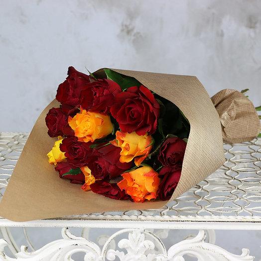 Букет из 15 красных и оранжевых роз 40 см в крафте