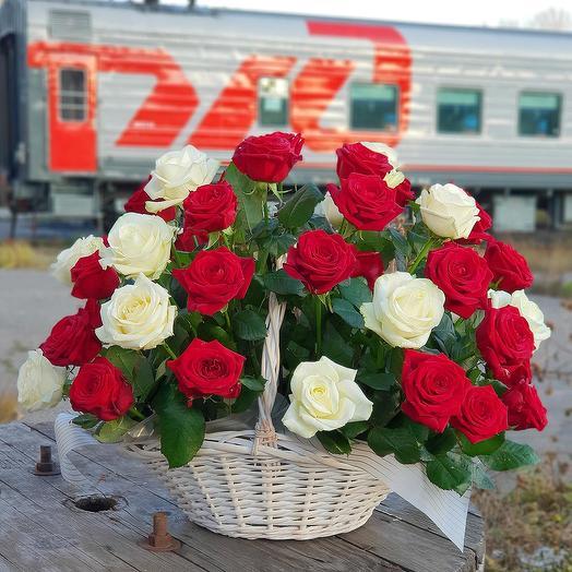 Корзина с красными и белыми розами