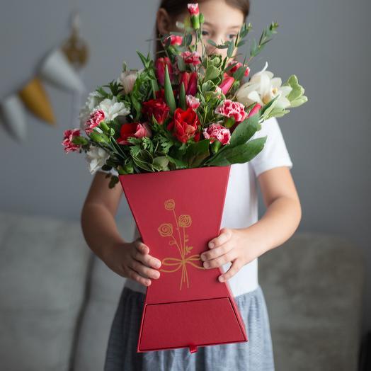 Букет в коробочке с конфетами: букеты цветов на заказ Flowwow