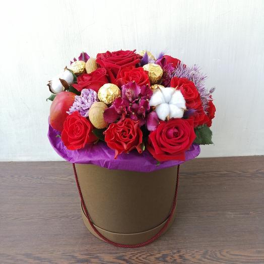 """Шляпная коробка из роз, хлопка, лунной гвоздики, конфет """"Недоступная Роскошь"""": букеты цветов на заказ Flowwow"""