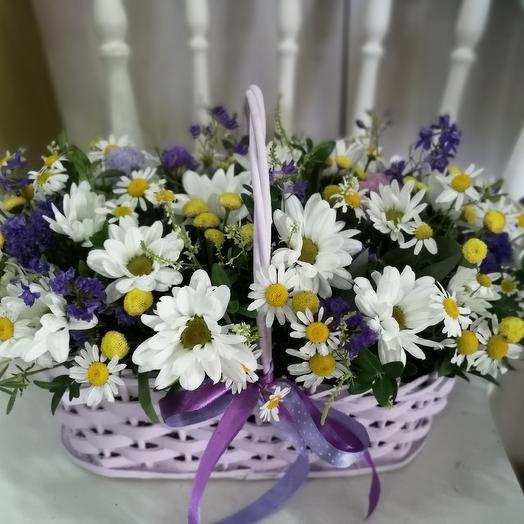 Летний букет с матрикарией в корзине: букеты цветов на заказ Flowwow