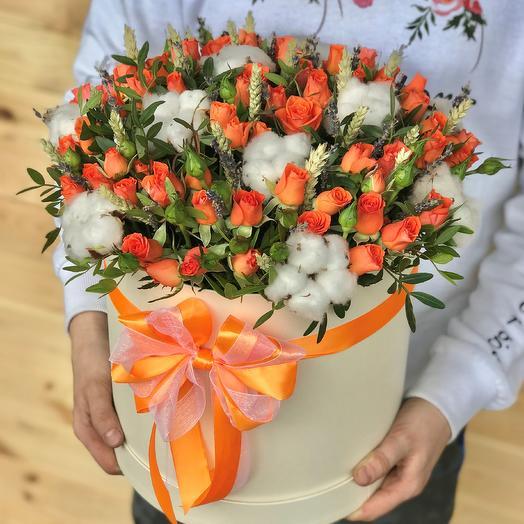 Коробки с цветами. Кустовые розы. Хлопок. Пшеница. N471: букеты цветов на заказ Flowwow