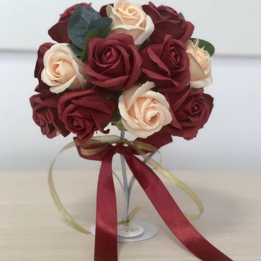 Топиарий из мыльных роз бордового и персикового цвета