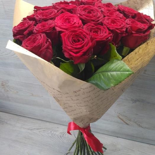 Букет из 25 красных роз в крафтбумаге