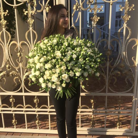 Букет из белой пионовидной кустовой розы