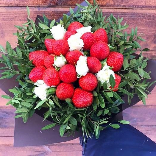 Клубничный букет с цветами