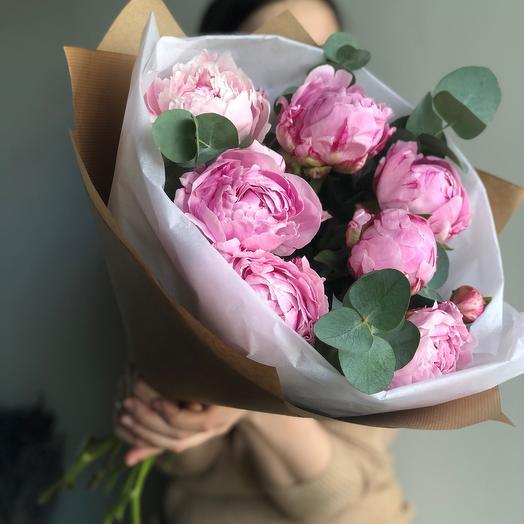 Розовые пионы с эвкалиптом: букеты цветов на заказ Flowwow