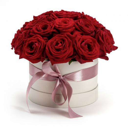 Коробка алых роз: букеты цветов на заказ Flowwow
