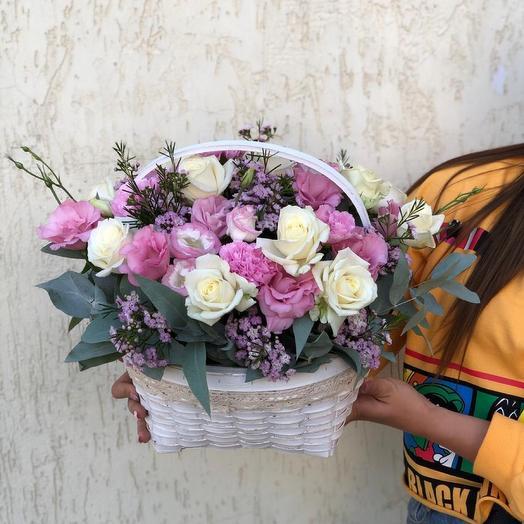 Корзина с цветами и эвкалиптом