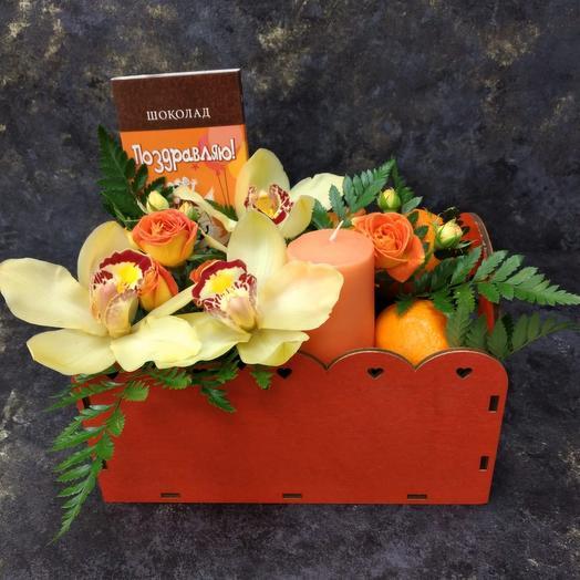 Ящик с цветами, шоколадом и мандаринами