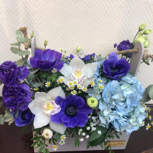 Корзина с анимонами , гортензией и орхидей