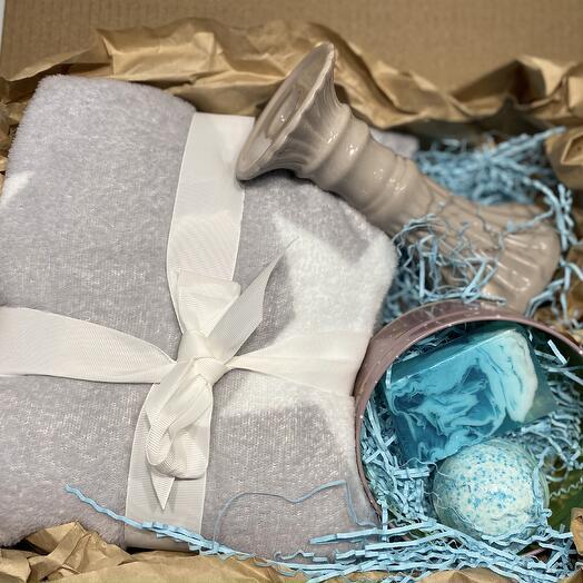 Подарочный набор с пледом, подсвечником и средствами для ванны