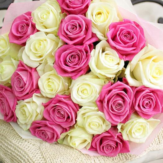 25 белых и розовых роз