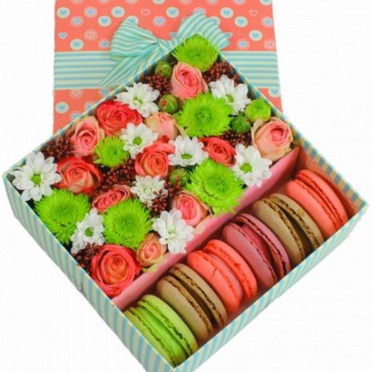 Яркая коробочка цветов и макарони