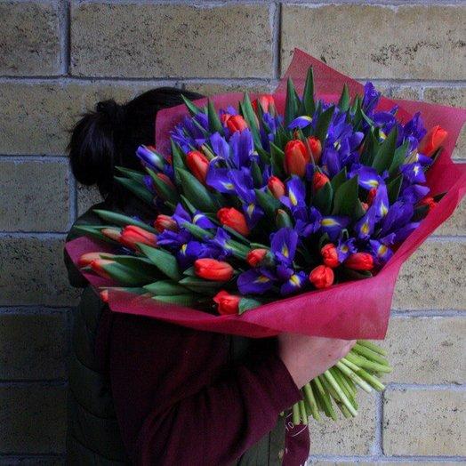 Яркий микс ирисов и тюльпанов : букеты цветов на заказ Flowwow