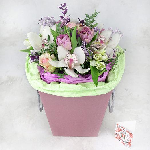 Композиция из орхидеи тюльпанов и роз в коробке