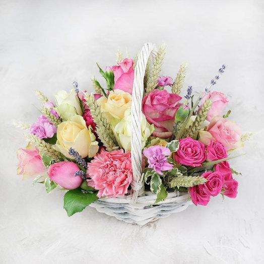 Композиция из роз гвоздик и лаванды в корзине