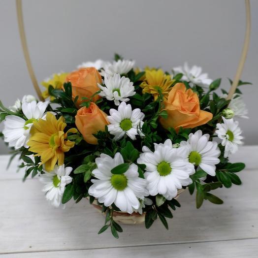 Композиция из роз в корзинке: букеты цветов на заказ Flowwow