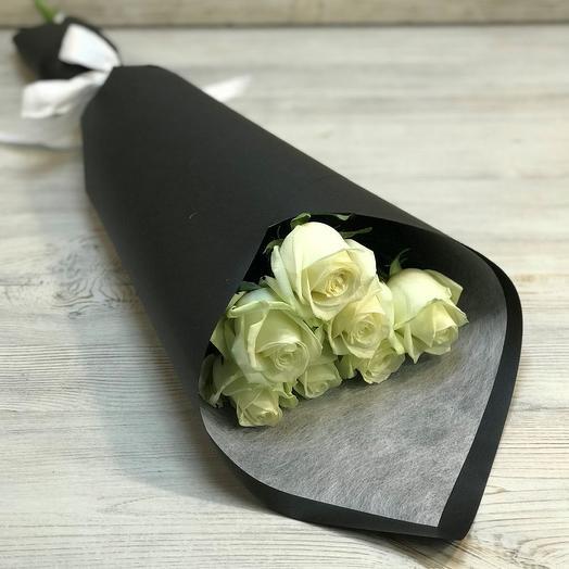 Букет из 7 белых роз в черном крафте