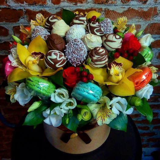 Коробка с клубникой и макаронсами Вкусняшки: букеты цветов на заказ Flowwow
