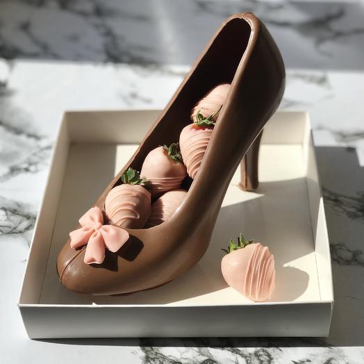 Туфля из шоколаде с клубникой в шоколаде: букеты цветов на заказ Flowwow